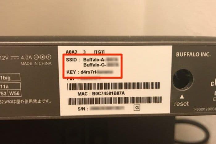 Wi-Fiルーター本体にパスワード、SSIDが記載される