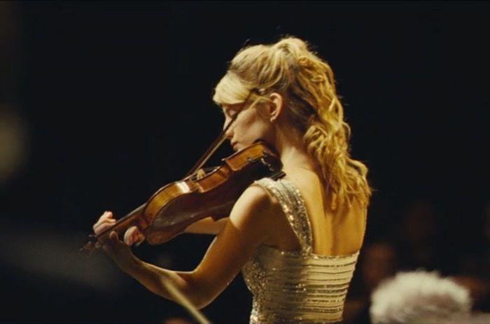 清掃人にされた名指揮者が偽の楽団結成で大逆転、圧巻のコンサートシーンに魂が震える映画『オーケストラ!』