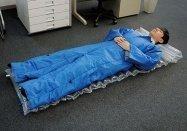 会社の床で寝泊まりできる新製品「着る布団&エアーマット」をキングジムが発売へ