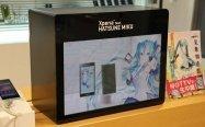 【動画】実機と映像が融合、「Xperia feat. HATSUNE MIKU」の透過型ディスプレイ展示が開始