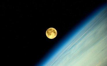 満月ってこんなに金色だった? 宇宙から見た「スーパームーン」が美しすぎる