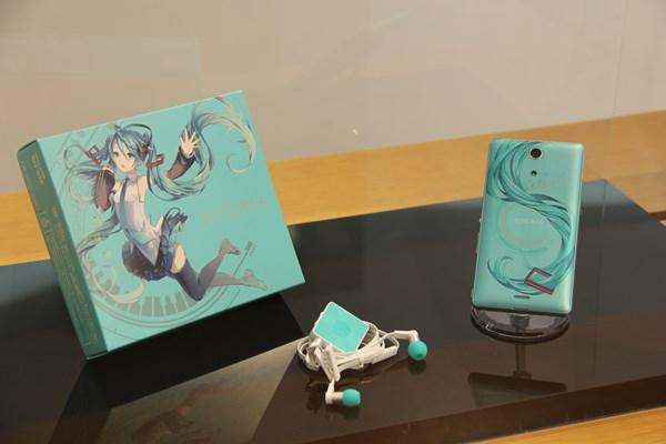 ドコモが「Xperia feat. HATSUNE MIKU」のWeb予約受付を開始、発売日は9月18日に